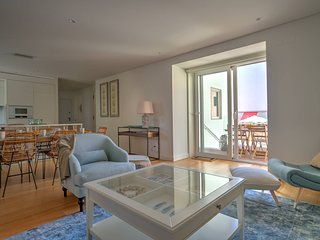 Modern 2 BR in Estoril, sleeps 6 - near the beach, private parking
