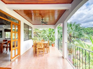 Spacious, well-appointed condo w/shared pool -walk to beach, dining