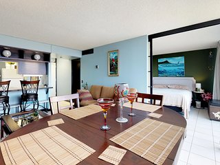 Oceanview condo with shared pool & hot tub, golf & beach nearby