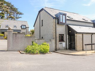 BRAMBLE COTTAGE, cosy house on the Maenporth Estate, with indoor pool, play
