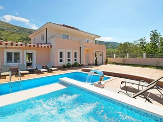 4 bedroom Villa with Pool and WiFi - 5793089
