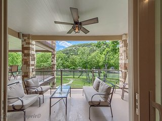Fabulous! Guadalupe Riverfront, pool, direct river access, walk to rent tubes