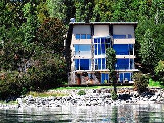 Bariloche. Casa con costa de Lago, en la playa. Gran Vista . Piscina climatizada