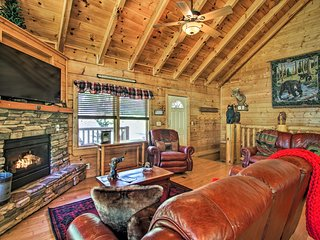 NEW-Family Cabin w/Hot Tub & Deck 4mi to Dollywood