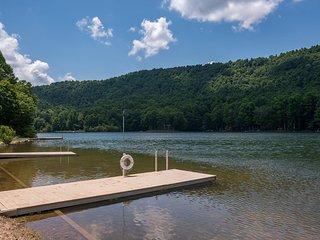 Tanglewood Cabin: Lake Sheila; Saluda, mountain lake retreat.  Private yet easil