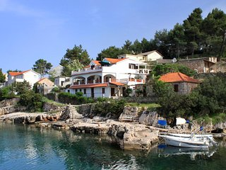 Two bedroom apartment Basina (Hvar) (A-5699-d)