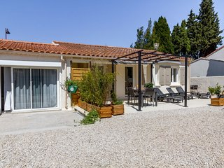 3 bedroom Villa with Pool, Air Con, WiFi and Walk to Shops - 5793392