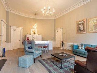 Luxury Apartment: 1 minute walk to Princes Street!