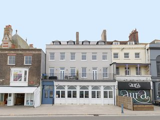 6 THE BEACHES, contemporary seafront apartment for two, Weymouth