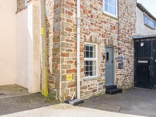 WOODVILLE COTTAGE, garden, Smart TV, in South Molton