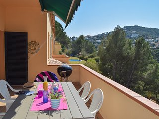 Semi-detached house ideal for large families.Community pool and garden. Begur.