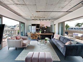 (18)The Flea Market Luxurious Penthouse - The Clock House