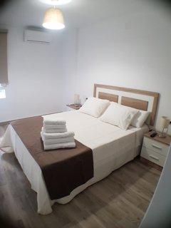 En el dormitorio hay aire acondicionado, una cama queen size con sofá cama extra y una caja fuerte.