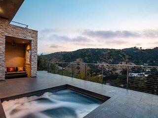 3BD/3BA Hollywood Hills Villa + Amazing Views