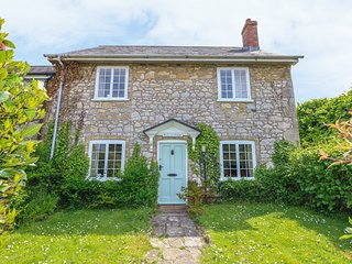 ROSE COTTAGE, open fire, pet-friendly, bike storage, lawned garden, Freshwater