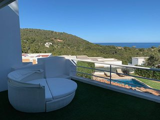 Luxurious Sea-View 4 Bedrooms Villa Sleeps 8-10