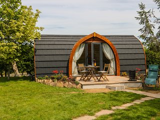 CHAPEL POD, Romantic, Country views, Open-plan, Halton Quay