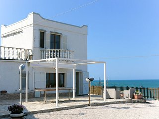 2 bedroom Villa with Air Con and Walk to Beach & Shops - 5793533