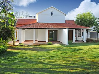 Gorgeous 10,000 sqft Luxury Villa, sleeps 12, ideal for Groups and Families