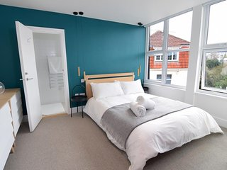 BOURNECOAST: MODERN FLAT IN THE HEART OF BOURNEMOUTH CENTRE NEAR BEACHES -FM6234