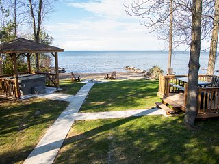 Private Beachfront, Hottub, firepit, 4Brs Cottage, Blue Mountain & Collingwood
