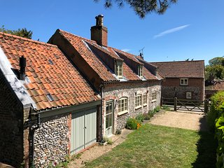 Chapel Cottage North Norfolk - 3 bedrooms, spacious garden, parking & free wifi