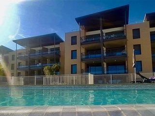 Studio Vista vue 180° mer et montagnes + box prive + piscine +clim