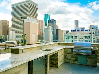 ⭐️Top Choice ⭐️ Downtown Houston Penthouse Studio w Rooftop Pool & Free Parking