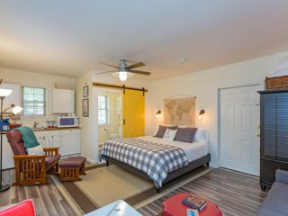 'The Light Suite' at Carnton Cottage-- 1 mile from historic downtown Franklin!