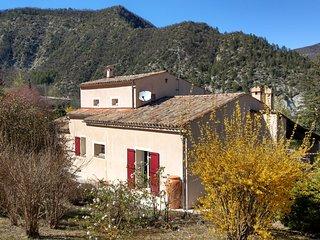 Maison avec jardin fleuri à Entrevaux.