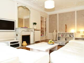 015. IN THE HEART OF THE LATIN QUARTER BY LA SORBONNE- SPACIOUS 3BR WITH BALCONY