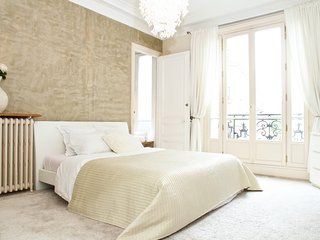 1015. IN THE HEART OF THE LATIN QUARTER BY LA SORBONNE-SPACIOUS 3BR WITH BALCONY