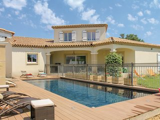 Amazing home in Sorgues w/ WiFi and 5 Bedrooms