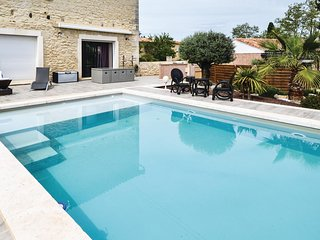 Beautiful home in Beaucaire w/ WiFi, Outdoor swimming pool and 2 Bedrooms (FLG49