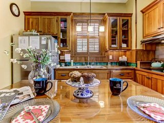 Cozy & Comfortable, Gourmet Kitchen, Sleeps 6, WIFI, Close to Dwntwn, Gated Off-