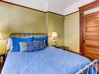 Sleeps 4, WIFI, Gourmet Kitchen, Minutes to Dwntwn, INCLUDES *daily dining $'s a