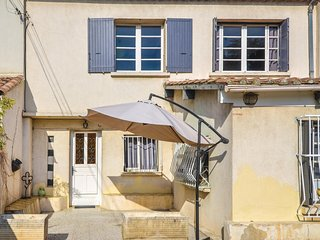 Amazing home in Villeneuve les Avignon w/ Outdoor swimming pool, WiFi and Outdoo