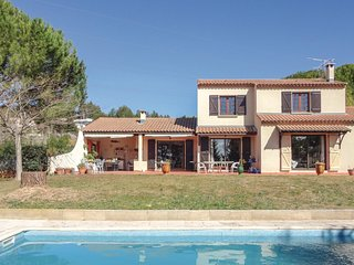 Beautiful home in Beziers w/ WiFi, 4 Bedrooms and Outdoor swimming pool