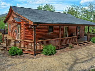 Buckin' Crazy-Romantic 2 BR Cabin w/HOT TUB, Wi-Fi, Fireplace, Bumper Pool, AC &