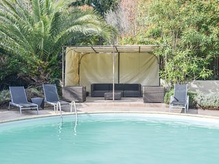 Amazing home in Caderousse w/ Outdoor swimming pool, 5 Bedrooms and WiFi