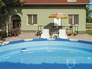 Nice apartment in Tapioszentmarton w/ WiFi and 4 Bedrooms