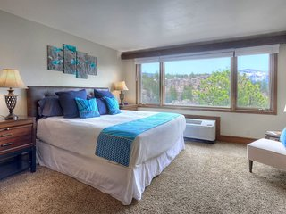 Condo with Mountain and Golf Course Views plus Pool Spa and Gym