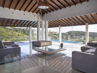 Linda casa com cinco suites, em condominio em Joao Fernandes, com vista espetacu