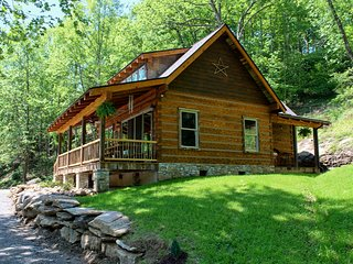Riverbend Cabin! A Luxurious New Private Waterfront Log Cabin.