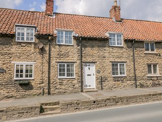 FARNDALE COTTAGE, parking, WiFi, in Thornton-Le-Dale