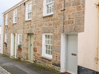 NET LOFT COTTAGE, coal-effect fire, enclosed garden, en-suite, in Newlyn
