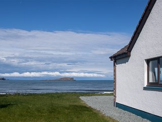 Kilmartin Cottage, spacious family holiday home overlooking Staffin Bay