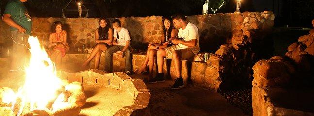Immense feu de joie boma avec sièges confortables et barbecue / barbecue intégré à l'extérieur.