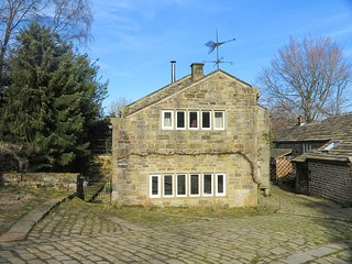 TYAS COTTAGE, antique features, in Colne Valley, exposed beams, Ref 951302