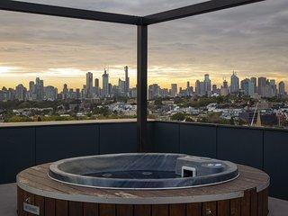 THE BIRDCAGE Luxury 4 Bedroom Penthouse Views Cinema BBQ Jacuzzi